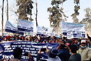 काठ दाउराको बिक्रीवितरण खुलाउन माग गर्दै कावासोतीमा प्रदर्शन