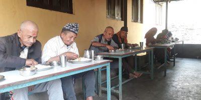 नारी कल्याण एकल महिला पैरवी मञ्चद्धारा बृद्धबृद्धालाई भोजन
