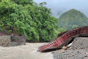 बौदीकालीमा ढलानको तयारीमा रहेको पुल बाढीले बगायो : कालीगण्डकी माथिको पुल जोखिममा (तस्विर सहित)