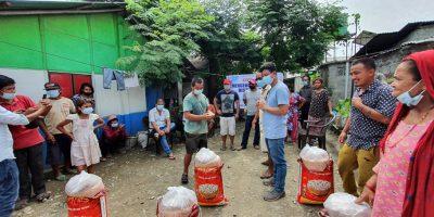 सुकुम्वासी वस्तीका ५३ घरपरिवारलाई खाद्यन्न सामग्री वितरण