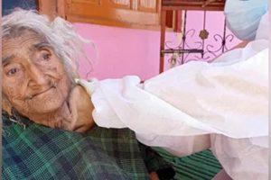 जम्मू-कश्मीरमा १२४ वर्षीया वृद्धालाई कोरोना विरुद्धको खोप, स्वास्थ्य अवस्था राम्रो