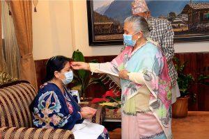 राष्ट्रपति भण्डारीले आमाको हातबाट लगाइन् दशैंको टीका